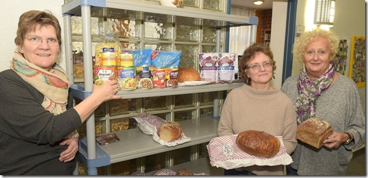 Lebensmittel parat: Christa Zimmermann, Pfarrerin Ulrike Burkardt und Regine Arnold an der Goethestraße.